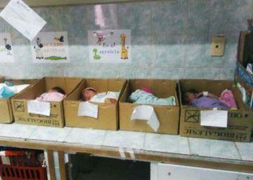 Os bebês em caixas de papelão na Venezuela