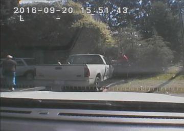 Scott (izda.) mira hacia los agentes antes de recibir cuatro disparos.