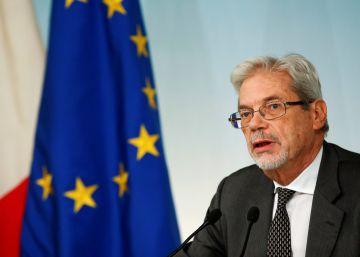 El subsecretario de Presidencia, Claudio de Vicentini, en rueda de prensa tras el anuncio del referéndum, este lunes.