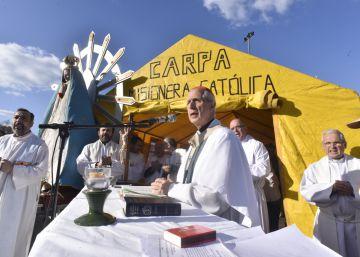 El cardenal Mario Poli oficia la misa en la plaza Constitución.