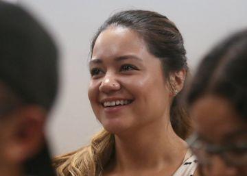 Ana Reyes sonríe viendo el debate en una asociación de inmigrantes de Los Ángeles.