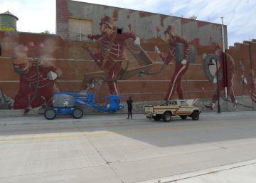 Pat Perry observa su mural inacabado en Detroit.