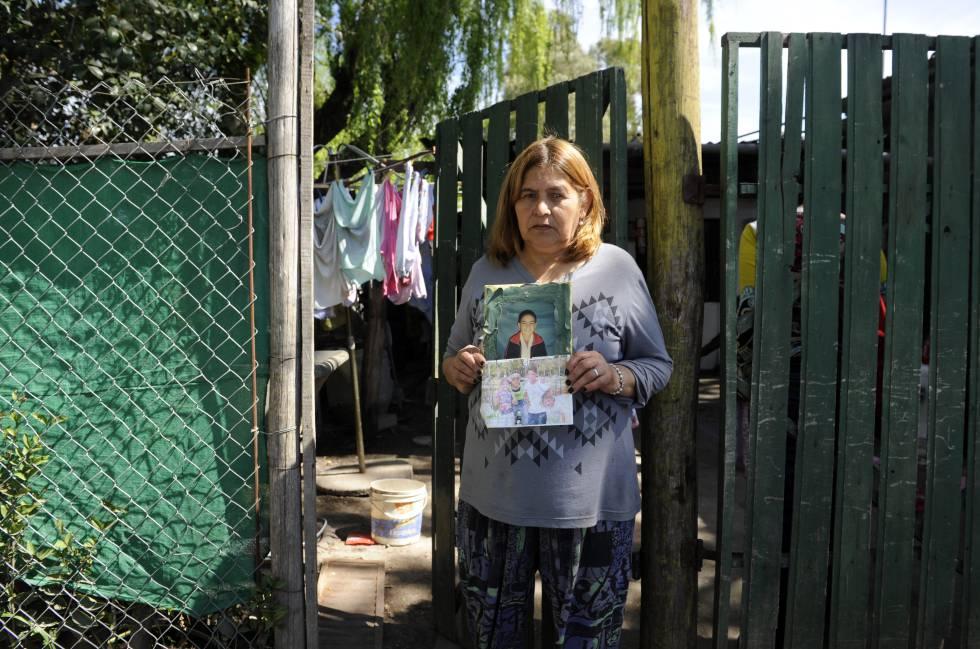 Celia posa junto a fotografías de su nieto Leandro.