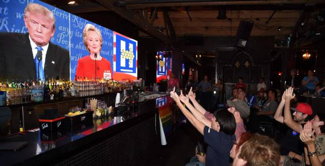Unos seguidores de Clinton ven el debate en un bar.