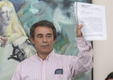Tomás Bermejo muestra el estudio que confirma el hallazgo de los restos de su hermana Azucena.