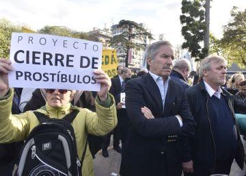 Gustavo Vera (d) y el diputado nacional Felipe Solá (i) en la misa de hace una semana.