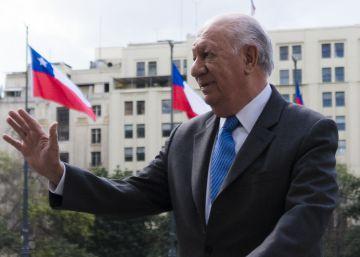 Ricardo Lagos llega al Palacio de la Moneda.