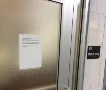 El papel en la puerta del juzgado que informa del fin de las licencias matrimoniales