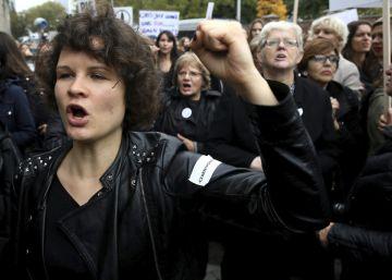 Miles de mujeres protestan en Polonia contra la posible prohibición del aborto