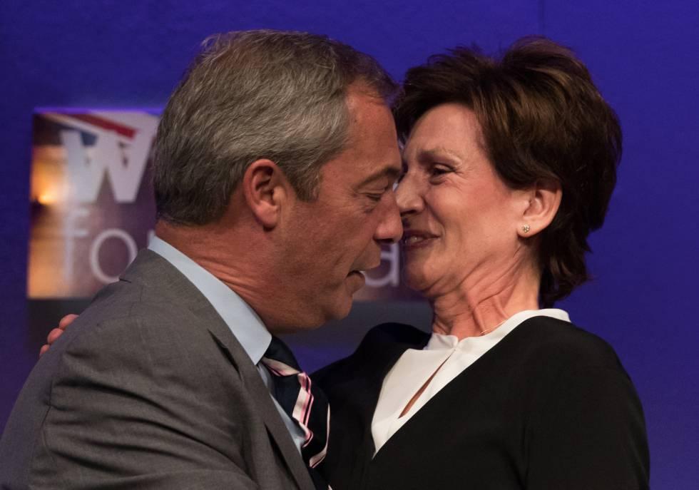 Diane James con su predecesor, Nigel Farage.