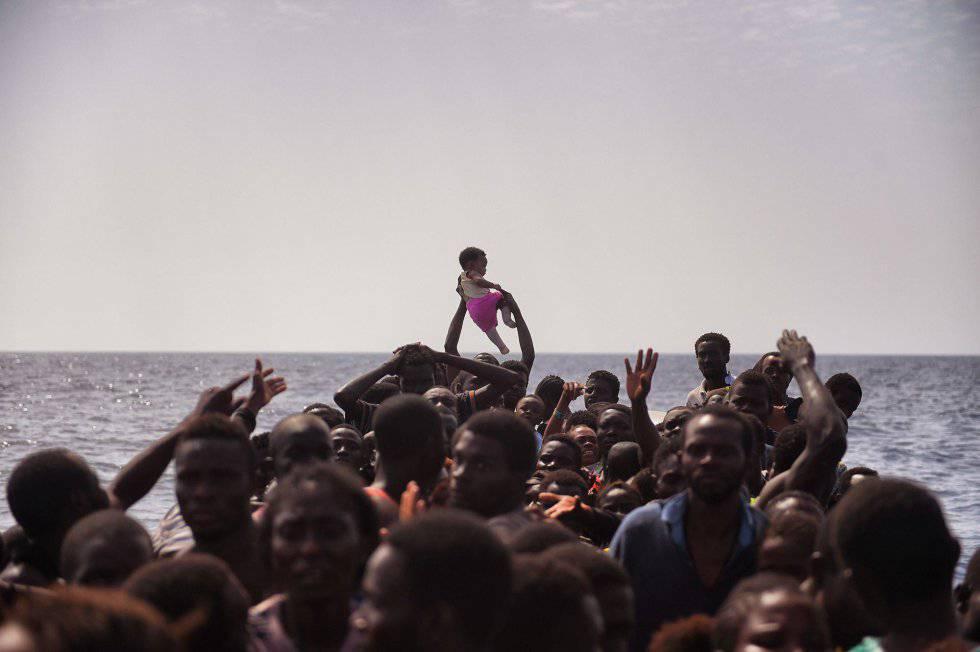 Migrantes llegan a 12 millas náuticas de la costa de Libia, el 4 de octubre.