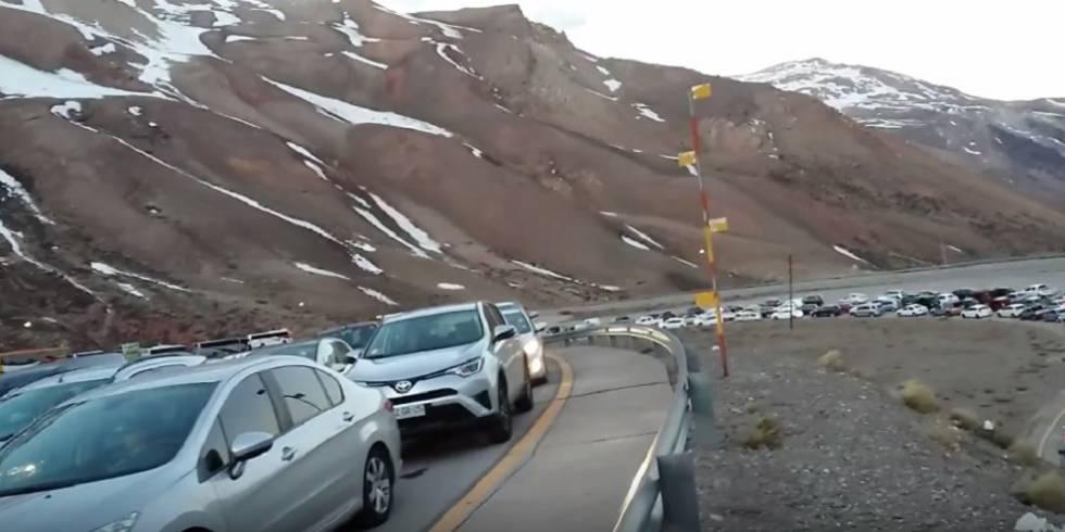 Miles de autos esperan en Mendoza, Argentina, cruzar la frontera hacia Chile.