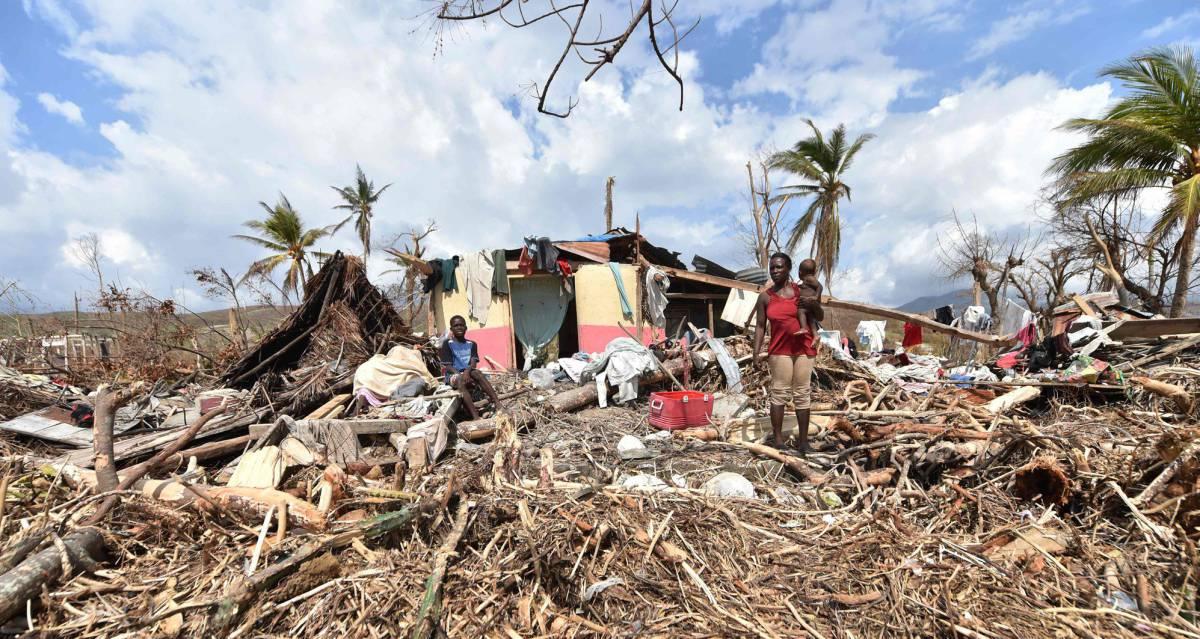 Una mujer, el lunes ante su casa destruida en Haití