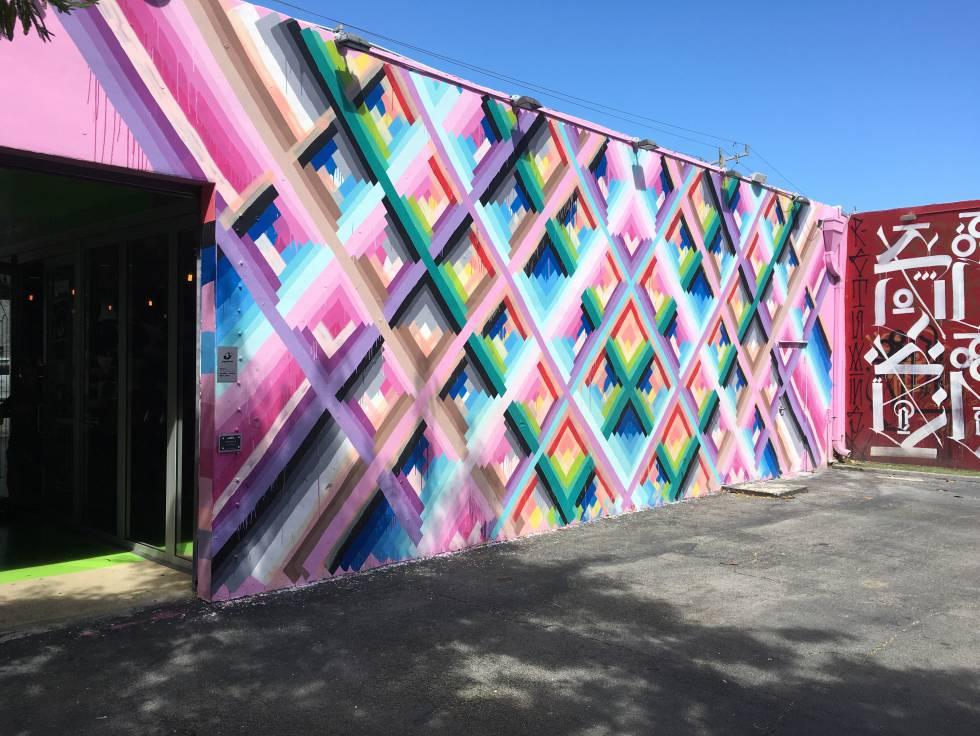 Un mural de Wynwood, pintado por Maya Hayuk.