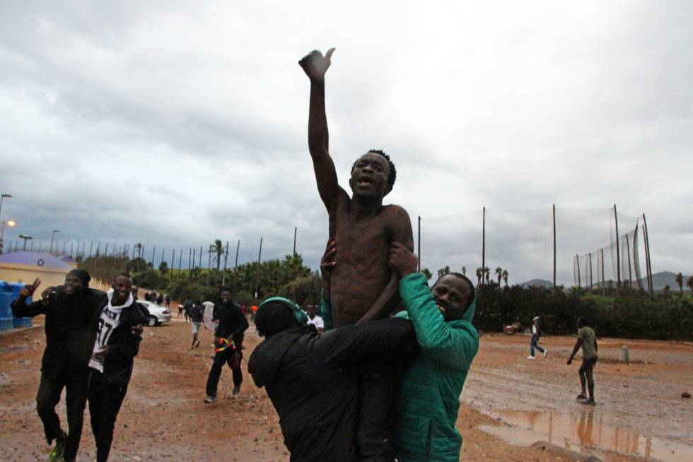 Unos cien inmigrantes entran en Melilla tras saltar la valla.