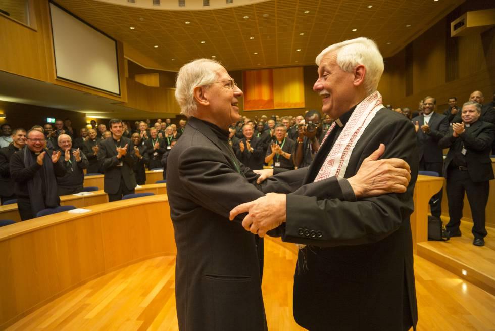 Arturo Sosa (derecha) con su antecesor en el cargo, Adolfo Nicol�s, tras ser elegido en Roma este viernes.
