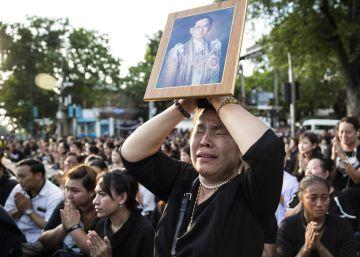 Cientos de miles de tailandeses de luto despiden al rey Bhumibol