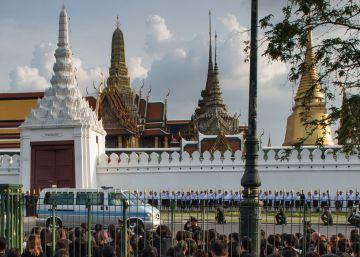 Las embajadas en Tailandia piden decoro a los turistas durante el luto