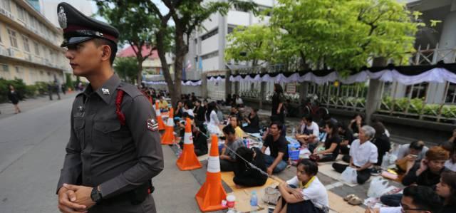 Gente rezando por la muerye del rey Bhumibol Adulyadej