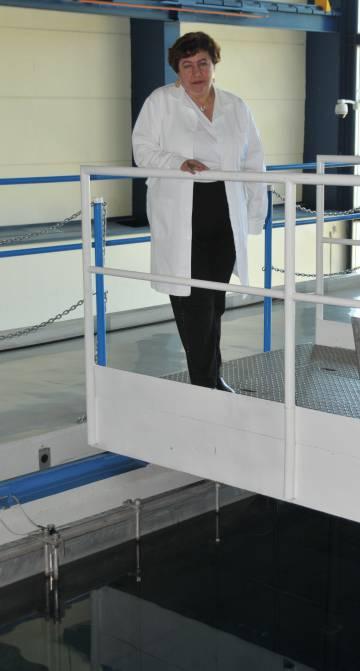La doctora Lydia Paredes en el reactor nuclear del instituto que dirige.