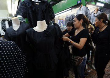 Luto por rei ameaça estoque de roupa preta na Tailândia