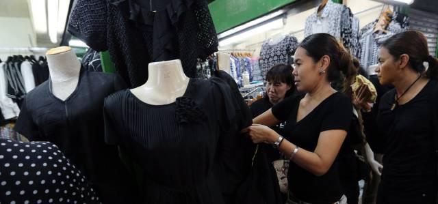 Ciudadanas tailandesas en búsqueda de ropa negra para el luto por la muerte del rey Bhumibol.
