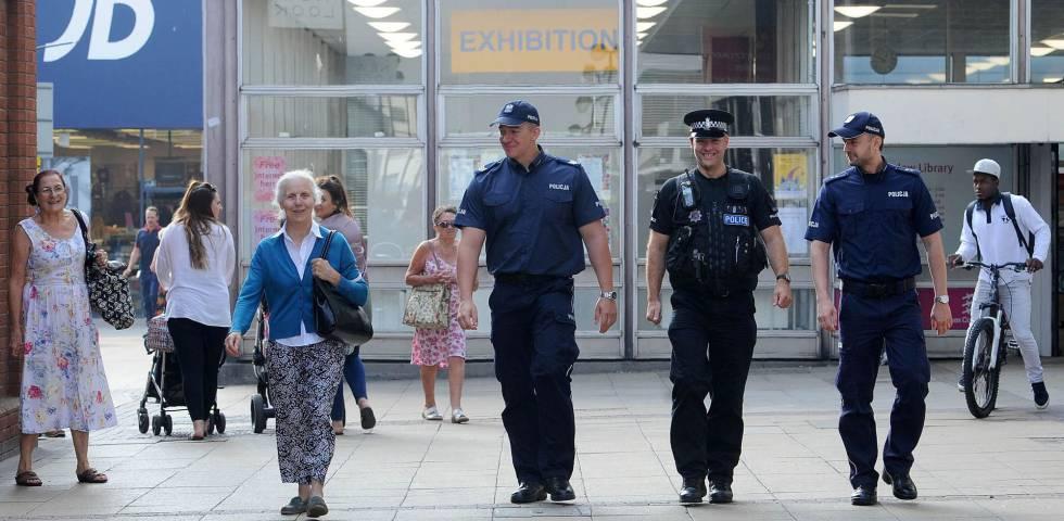 Dos policías polacos patrullan con un agente británico en Harlow, en el norte de Londres, tras el asesinato del joven polaco Arkadiusz Jozwik.