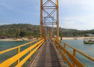 Nueve muertos en Bali al romperse un puente entre islas en una romería