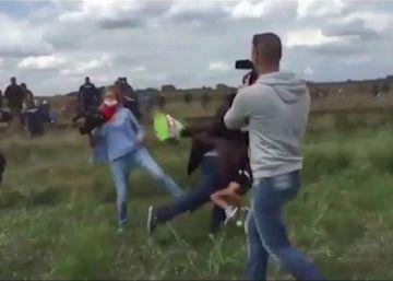 Libertad vigilada para la reportera húngara que pateó a refugiados