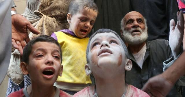 Un grupo de niños llora tras un bombardeo en el barrio de Fardous, en Alepo, el pasado 11 de octubre.