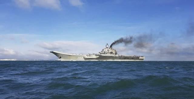 El portaviones Almirante Kuznetsov, en aguas internacionales cercanas al puerto de Dover (Reino Unido).