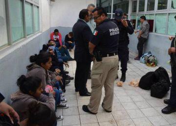 Encuentran 121 centroamericanos al borde de la asfixia en un camión