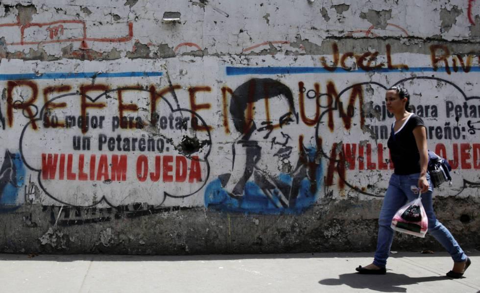 Un mural con la imagen de Hugo Chávez y una pintada que reza: Referéndum.