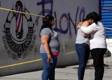Una mujer llora por su familiar asesinado en una peluquería en Ciudad Juárez, México.