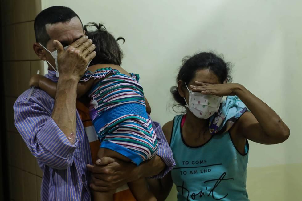 Una familia acude a un hospital a realizarse las pruebas de la difteria.
