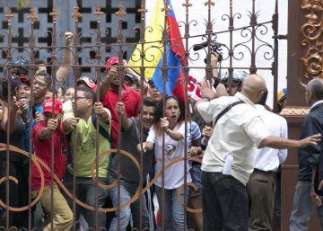 Grupo de chavistas invade o Parlamento da Venezuela