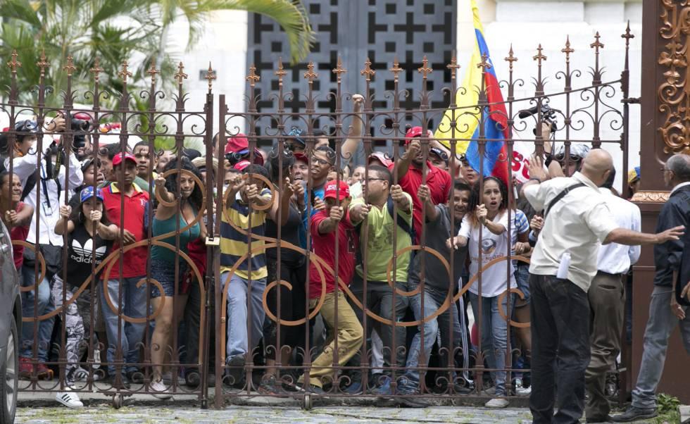 Grupo de chavistas invade o Parlamento venezuelano