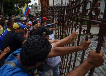 Grupos chavistas asaltan el Parlamento de Venezuela