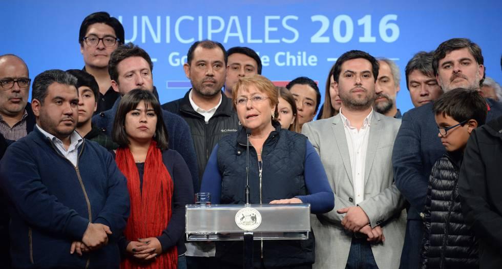 La presidenta de Chile, Michelle Bachelet (c), al concluir la elección municipal.