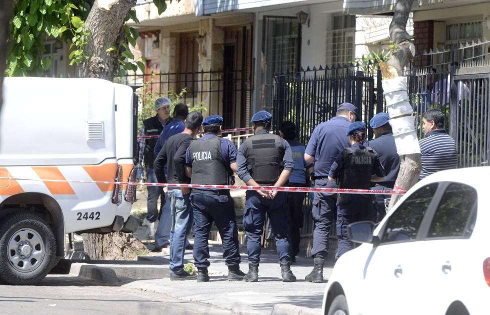 La policía trabaja en la casa del triple femicidio ocurrido en Mendoza, Argentina.