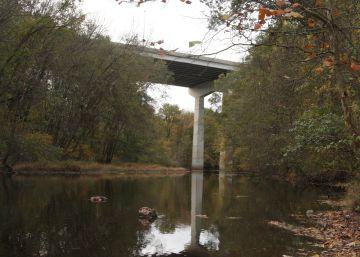 Dos niños sobreviven después de que su padre se tirara con ellos por un puente en Nueva Jersey