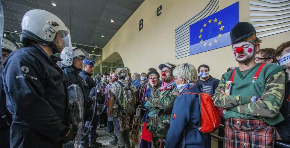Policías belgas y manifestantes contra el CETA en la sede de la Comisión Europea en Bruselas, este jueves.