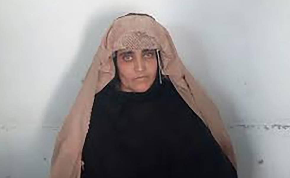 Sharbat Gula, em uma fotografia distribuída pela Agência Federal de Investigação.