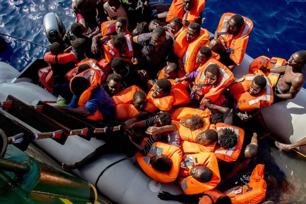 Un buque de MSF rescata a decenas de migrantes subsaharianos en el Mediterráneo.