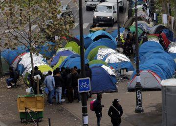Tras el cierre de la 'Jungla' de Calais, 3.000 migrantes acampan en París