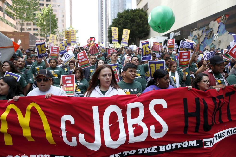 Protesta por un sueldo mínimo de 15 dólares semanales el pasado abril en Los Ángeles.