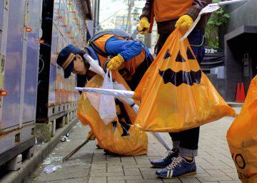 Voluntarios contra el rastro de basura del Halloween 'low cost' de Tokio
