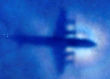 Un avión de la Fuerza Aérea de Nueva Zelanda busca restos del MH370 en marzo pasado.