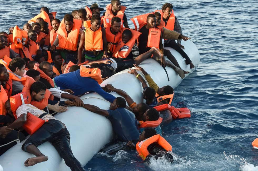 Migrantes y refugiados caen al mar durante una operación de rescate, este jueves.