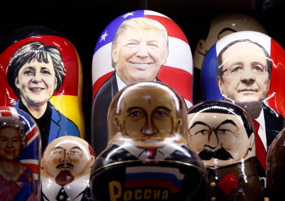 Matrioskas rusas pintadas con las caras de Donald Trump, Vladimir Putin y otros líderes europeos, este lunes en Moscú.